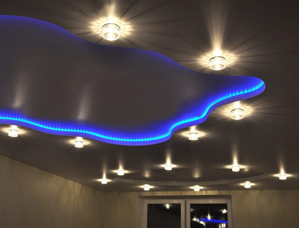 Организация освещения в натяжных потолках: монтаж и идеи для разных комнат | +70 фото